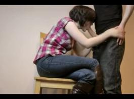 فاتنة الساخنة مع نظارات سوداء ممارسة الجنس مع صديقها، في غرفة المعيشة