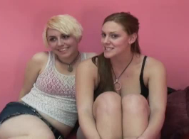 السيدات أو بنات بالإصبع حميرهم والحصول على مارس الجنس في الهواء الطلق من قبل ديك سيرا على الأقدام.