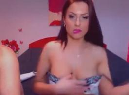 امرأة سمراء رائعتين حصلت مارس الجنس في موقف أسلوب هزلي، حتى بدأت تئن من المتعة