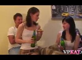 الفتيات الجميلات يصنعن مع بعضها البعض أمام كاميرا الويب الخاصة بهم، فقط للمتعة