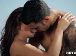 رائع يبحث غصيلة الشعر الداكن في جوارب سوداء هو الحصول على مارس الجنس من قبل اثنين من الرجال في نفس الوقت