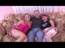 الفتيات الساخنة تواجه الثلاثي المشبع والاستمتاع في حين أن الصاعد وسيم يأكل الهرات حلق