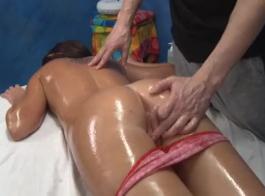 امرأة سمراء في سن المراهقة تتأهل تتميز بممارسة الجنس بتبخير مع مدلك، أمام الكاميرا