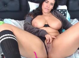 فتاة غريب هي ممارسة الجنس البري مع رجل قابلته للتو، في سريره الضخم.