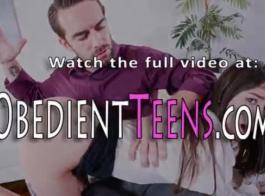 امرأة سمراء في سن المراهقة الجميلة تنتشر ساقيها مفتوحة على مصراعيها والحصول على محشوة مع الديك، حتى لديها هزة الجماع.