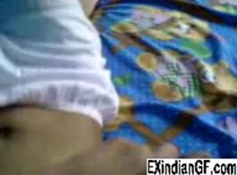 حصلت فاتنة الهندية الغريبة قرنية جدا بينما كان صديقها يقوم بصنع فيديو لها في غرفة النوم.