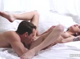 الشتاء مفلس هو ممارسة الجنس البري على المقعد الخلفي لسيارة ابنها، خلال النهار.