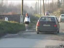 امرأة سمراء غريب يحصل على تناول الطعام في الخارج.