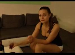 مثير في سن المراهقة هو مص الديك الضخم والحصول على تدليك لأول مرة في حياتها.
