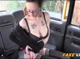 غالبا ما يكون سائق سيارات الأجرة فاتنة ممارسة الجنس مع رجل قابلته للتو، لأول مرة.