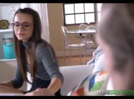 نردي في سن المراهقة مع النظارات تهب الديك الثابت.