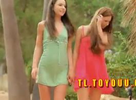 جميلة في سن المراهقة شقراء مارس الجنس من قبل نفسها.