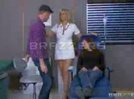 مثير بريت ممرضة التدليك المريض.