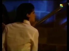 امرأة ساخنة في فستان زهري، إيديرا فوكس عارية، أثناء مكالمة فيديو تقريبية مع رجل.