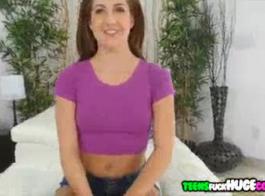 امرأة سمراء في سن المراهقة الطازجة هي الحصول على تدليك لطيف وامتصاص الديك الثابت للرجل وسيم.