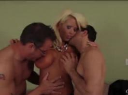 شقراء مدبوغة مع الضفائر، بريتني وايت تحصل مارس الجنس في الحمار واستمتع بها.