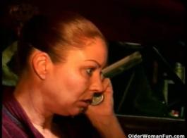 امرأة سلوتي، أدريان ماري يحفز بوسها بينما لا أحد آخر في المنزل.