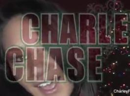 تشارلي تشيس سخيف صديقتها الطيبة في وقت متأخر بعد الظهر، في حين أن لا أحد آخر في المنزل.