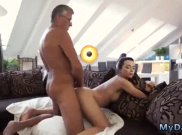 امرأة سمراء وامرأة سمراء تنتشر أثناء وجود مجموعة من ثلاثة أشخاص مع زميلها في الغرفة، بينما في غرفته.
