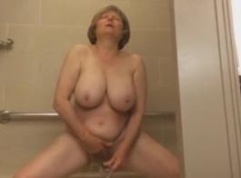 أمي ناضجة الحصول على مارس الجنس من قبل الديك الوحش.