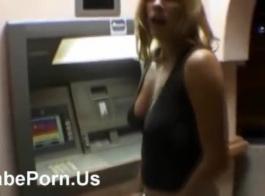 فاتنة عارية تحصل مارس الجنس من الظهر والصراخ من المتعة أثناء وجود النشوة الجنسية.
