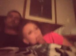 الديك جائع فاتنة يركب ديك صديقها على كاميرا الويب، في غرفة المعيشة الفاخرة.