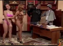 تنتشر مونيكا ساقيها مفتوحة على مصراعيها والحصول على ثقوبها مليئة بالديك الثابت.