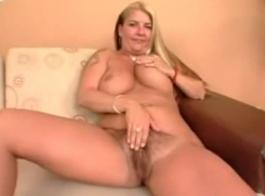 امرأة سمراء مفلس مع الثدي الثابت، إيما سينكلير يحب أن يمارس الجنس مع زوجها، كل يوم.
