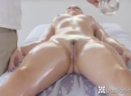 امرأة سمراء نحيل مع الثدي الصغيرة يحب الاستمناء وكذلك للحصول على مارس الجنس مثل وقحة.