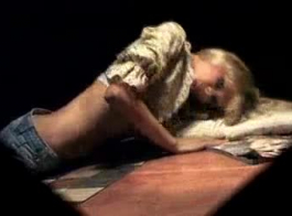 لعوب شقراء في سن المراهقة جينا إرضاء بوسها مع لعبة