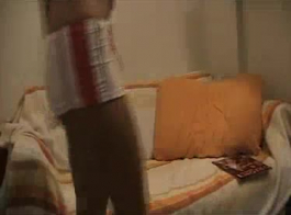 امرأة سمراء الهواة تمتص قبالة الديوك