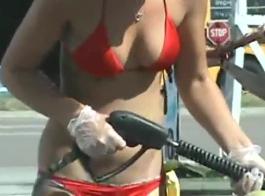 غسل السيارة الحلوة فتاة مص الهرات مثل البرية