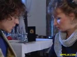 امرأة سمراء ناضجة مارس الجنس و شاعر المليون في بوف