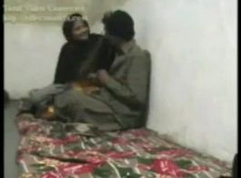 امرأة شقراء متزوجة هي مص ديك أصغر سنا، بينما يعق عنق واحد آخر