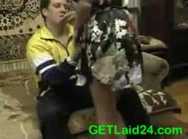 جبهة مورو عاطفي رجل أصلع هو ممارسة الجنس المتشددين، بينما في غرفة فندقية.