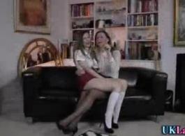تحصل مارس الجنس في ستيلا في نفس الوقت من قبل اثنين من الرجال، في غرفة المعيشة.