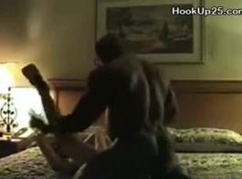 جبهة مورو مرنة مع كبير الثدي يغوي الرجل ويبدأ مص الديك