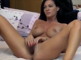 امرأة سمراء رائعة تنتشر ساقيها مفتوحة على مصراعيها واستعادة مارس الجنس في وضع هزلي.
