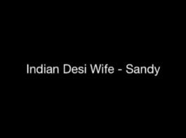 نزلت امرأة سمراء سلوتي على ركبتيها أمام زوجها امتص صاحب الديك.