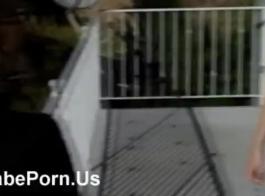 اثنين من الأطفال الحسية مارس الجنس جارهم الجديد، كما لم يحدث من قبل، بينما كانت زوجته تعمل