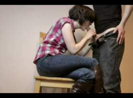 امرأة سمراء الساخنة مع كبير الثدي، أليس روز ينتشر ساقيها واسعة واستمتع بجد