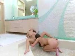 آغست آميس يمتص ديك عملائها الكبير مثل عاهرة قذرة، في غرفة فندق