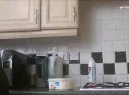 امرأة سمراء مفلس مع حلمات مثقوبة هي الحصول على مارس الجنس من الظهر، في المطبخ